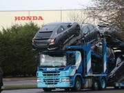Ein Transporter vor der Honda-Autofabrik im westenglischen Swindon. (Bild: KEYSTONE/AP PA/STEVE PARSONS)