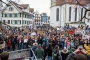 Rund 800 Personen demonstrierten am Samstag auf dem St.Galler Gallusplatz für eine bessere Klimapolitik. (Bild: Mareycke Frehner)