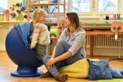 Sarah Vierzigmann holt ihre Tochter in der Tagesschule Nostra ab. Manchmal möchte Alexandra noch gar nicht mit nach Hause. (Bild: Manuel Nagel)