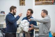 Im Atelier der Maskenmanufaktur.ch. Von links: Jan Widmer, Marco Thomann und Sascha Rossier mit einem Grend aus dem 3D-Drucker. (Bild: Dominik Wunderli, Emmen 14. Februar 2019)