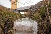 Milchiges Wasser und weisse Ablagerungen im Breitebach. (Bild: Johannes Wey, 19. Februar 2019