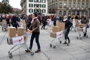 Die Unterstützer der Konzernverantwortungs-Initiative bei der Einreichung der Unterschriften im Oktober 2016 in Bern. (Bild: Peter Schneider, Keystone)