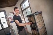 Basil Richter betreibt sein eigenes Geschäft als Ofenbauer in Mettlen. (Bild: Andrea Stalder)
