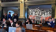 «Reisst Euch zusammen, die Erde steht in Flammen»: Dieses Transparent der jungen Klima-Demonstranten am Montag auf der Tribüne im St.Galler Kantonsratssaal hat jetzt ein politisches Nachspiel. (Bild: Regina Kühne - 18. Februar 2019)