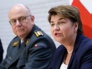 Verteidigungsministerin Viola Amherd stellt die Armeebotschaft 2019 vor. Diese ist über 2 Milliarden Franken schwer. (Bild: KEYSTONE/PETER KLAUNZER)