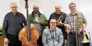 Mario Haltinner (vorn) ist seit dem Jahr 2010 Bandleader. E-Bassist und Kontrabassist Erich Koller gehört seit 1998 der SSC Big Band an, sogar schon früher stiessen die Trompeter Martin Kobelt und Bruno Fehr sowie Posaunist Alexander Tercic zur Formation (von links). Zu ihrem 25. Geburtstag schenkt sich die SSC Big Band einen Workshop mit dem Top-Saxofonisten Baptiste Herbin, der abschliessend zusammen mit der Band an deren Konzert auftreten wird. (Bild: Gert Bruderer)