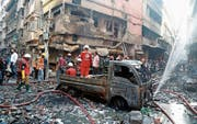 Feuerwehrleute prüfen die Lage nach dem verheerenden Brand vom 21. Februar 2019 in der Altstadt von Dhaka. (Bild: Monirul Alam/EPA)