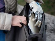 Neuartige Handprothesen geben Rückmeldung ans Gehirn und damit mehr Gefühl. Bis zum Alltagseinsatz braucht es jedoch Weiterentwicklungen. (Bild: Luca Rossini)