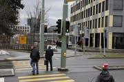 Diese Situation nervt den Langsamverkehr beim Geschäftshaus «Sankt Leopard» regelmässig: Ein Lichtsignal zeigt grün, die anderen beiden sind rot. (Bild: Reto Voneschen - 11. März 2013)