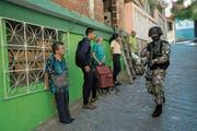 Ein Mitglied der polizeilichen Sondereinsatztruppe Faes patrouilliert in Antimano, einem Stadtteil von Caracas. (Bild: Rodrigo Abd/AP(29. Januar 2019)