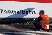 Ein Mitarbeiter der Zentralbahn beim Kasten unter dem Zug. (Bild: Eveline Beerkircher, Luzern, 21. Februar 2019)