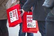 Die Organisatoren des Equal Pay Day rechnen vor: Auf ein Jahr gerechnet, arbeiten Frauen bis zum 22. Februar gratis, während ihre Kollegen seit Jahresbeginn munter verdienen. (Bild: Urs Bucher)