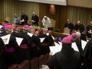 Papst Franziskus (M.) und Bischöfe am zweiten Tag der Kinderschutz-Konferenz im Vatikan. (Bild: KEYSTONE/EPA ANSA/VATICAN MEDIA / HANDOUT)