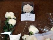 Blumen für den verstorbenen Modezar Karl Lagerfeld am Eingang von Chanel in Paris. (Bild: KEYSTONE/AP/CHRISTOPHE ENA)