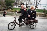 Ob Kim und Trump bei ihrem Wiedersehen auch so gute Laune haben werden wie diese beiden maskierten Imitatoren im chinesischen Wuhan? (Wang He/Getty, 20. Februar 2019)