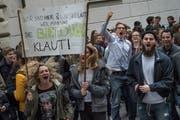 Schüler protestieren vor dem Regierungsgebäude in Luzern gegen Sparmassnahmen bei der Bildung. (Bild: Boris Bürgisser, 5. April 2017)
