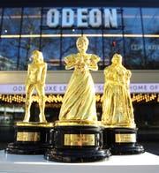 """Eine Welle von Unterstützung und Feierlichkeiten für Frauen im Film vor der diesjährigen Oscar-Verleihung hat ODEON veranlasst, eine Reihe von """"Osc-her""""-Statuen zu produzieren. Die Statuen wurden nach dem Vorbild der besten Spitzenreiterinnen Olivia Colman und Lady Gaga sowie Janet Gaynor, der ersten Frau, die je einen Oscar gewonnen hat, entworfen. Bild: Joe Pepler/PinPep"""