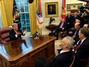 Donald Trump spricht am Freitag im Oval Office zu Journalisten. (Bild: KEYSTONE/AP/SUSAN WALSH)