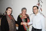 Die Präsidentin Jeanette Graf (Mitte) heisst den neuen Vereinsarzt Stefan Kainz und das neue Mitglied Bele Krasniqi im Samariterverein St.Margrethen willkommen. (Bild: pd)