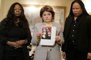 Latresa Scaff, rechts, und Rochelle Washington, links, sind zwei der Frauen, die Missbrauchsvorwürfe gegen R. Kelly erhoben haben. Im Bild: Die beiden Frauen mit ihrer Anwältin Gloria Allred. (Bild: AP Photo/Seth Wenig)
