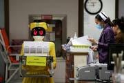 Ein Roboter transportiert medizinische Dokumente im Mongkutwattana General Hospital in Bangkok, Thailand.Bild: Athit Perawongmetha/Reuters (6. Februar 2019)