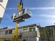 Vor einigen Tagen wurden die drei von sechs Spritzgussmaschinen geliefert und mit einem Spezialkran in die neue Halle gehievt. (Bild: PD)