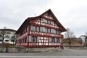 Das alte Pfarrhaus steht unter Denkmalschutz. Es soll verkauft werden, wenn das Begegnungszentrum zustande kommt. (Bild: Manuel Nagel)