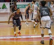SCB-Spieler Derek Jackson (in der Verteidigung) hat gegen Lugano-Topscorer Xavier Pollard (21 Punkte) das Nachsehen. (Bild: Daniel Schriber, Lugano, 23. Februar 2019)