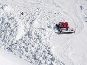 Gibt es einen wirtschaftlichen Druck, Pisten für Touristen zu öffnen? Nein, sagt der Chef der Walliser Bergbahnen. Im Bild der Kegel der Lawine, die am Dienstag in Crans-Montana niederging. (Bild: KEYSTONE/JEAN-CHRISTOPHE BOTT)