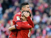 Javi Martinez (Nummer 8) und James Rodriguez bejubeln das Siegestor gegen Hertha Berlin (Bild: KEYSTONE/AP DPA/MATTHIAS BALK)