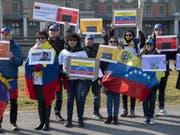 Rund 80 Personen demonstrierten vor dem Hauptsitz des UNHCR in Genf gegen den venezolanischen Präsidenten Nicolas Maduro und für die Einfuhr von Hilfsgütern. (Bild: Keystone/ADRIEN PERRITAZ)
