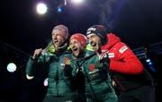 Nur zwei waren besser: Killian Peier freut sich zusammen mit Sieger Markus Eisenbichler und Karl Geiger über Edelmetall (von rechts). (Bild: Linnea Rheborg/Getty, Seefeld, 23. Februar 2019)