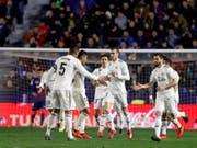 Abklatschen statt jubeln: Gareth Bale (Mitte) nach seinem Penalty zum Sieg von Real (Bild: KEYSTONE/EPA EFE/MIGUEL ANGEL POLO)