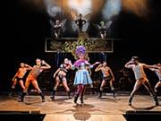 Das Musical bringt viel nackte Männerhaut und schräge Kostüme auf die Bühne. (Bild: Theater St. Gallen)