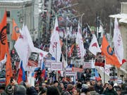Tausende Menschen erinnern mit einem Marsch in moskau an den Mord des russischen Oppositionspolitiker Boris Nemzow. (Bild: KEYSTONE/AP/PAVEL GOLOVKIN)