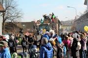 Kreative Wagensujets, maskierte und kostümierte Fasnächtler und viel Publikum begleiteten den Umzug. (Bilder: Andrea Häusler)