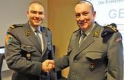 Präsident Swen Büchel (links) bedankt sich bei Divisionär René Wellinger für das aufschlussreiche Referat.(Bild: Hanspeter Thurnherr)