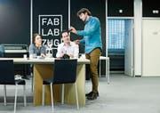 Michael Hobbins, Präsident des FabLab Zug (rechts), zeigt Lukas André und Julia Häcki von der Metall Zug AG Werkstücke, die mit modernen 3D-Druckern hergestellt wurden. (Bild: Stefan Kaiser (Zug, 19. Februar 2019))