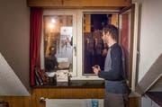 In der Wohngemeinschaft an der Haldenstrasse: In der Dunkelheit vor dem Fenster gähnt die grosse Baugrube. (Bild: Michel Canonica - 21. Februar 2019)
