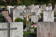Grabkreuze auf dem Ostfriedhof in St.Gallen. (Bild: David Suter - 31. Oktober 2014)