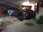 Das Auto der Rentnerin wurde beim heftigen Aufprall mit der Betonwand total beschädigt. (Bild: Zuger Polizei)