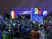 Am Sonntag sind erneut tausende Rumänen auf die Strasse gegangen, um gegen Justizreformen zu protestieren. (Bild: KEYSTONE/EPA/ROBERT GHEMENT)
