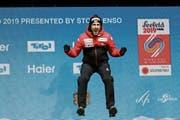Killian Peier feiert die Bronzemedaille. Und hofft auf eine ähnliche Leistung auf der Normalschanze. (Bild: Srdjan Suki/EPA (Seefeld, 23. Februar 2019))
