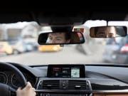 Erst nach 48 Jahren wurde ein Mann, der zeitlebens ohne Führerschein unterwegs war, aus dem Verkehr gezogen. (Bild: KEYSTONE/GAETAN BALLY)