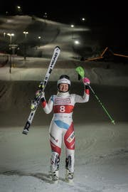 Aline Höpli vor dem beleuchteten Slalomhang. (Bild: Hanspeter Schiess)