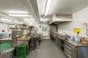 Zeitlich befristet, aber voll ausgestattet: Die Küche im Containerprovisorium für die Tagesbetreuung Hebel-Bach in St.Georgen. (Bild: Hanspeter Schiess)