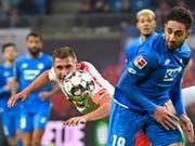 Leipzigs Willi Orban (links) sorgte kurz vor Schluss für den Ausgleichstreffer gegen Hoffenheim (Bild: KEYSTONE/AP/JENS MEYER)