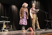 Kostüme, Komik und Reime: Auf der Bühne arbeiten die Cliquen das Jahresgeschehen satirisch auf. (Simon Roth, Februar 2017)