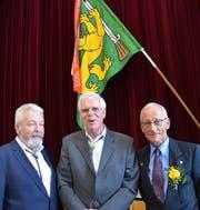 Zum Ehrenpräsident des Thurgauer Veteranenschützen-Verbandes wurde Alois Bach (Mitte) ernannt; links der neue Präsident Markus Brandes und rechts Schweizer Zentralpräsident Bernhard Lampert. (Bild: Margrith Pfister-Kübler)
