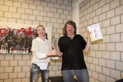 Jurymitglied Natalia Pfennich überreicht dem Pasta-König Meinrad Keel die Trophäe, eine Eisenplastik des Widnauer Künstlers Peter Federer. (Bild: mia)